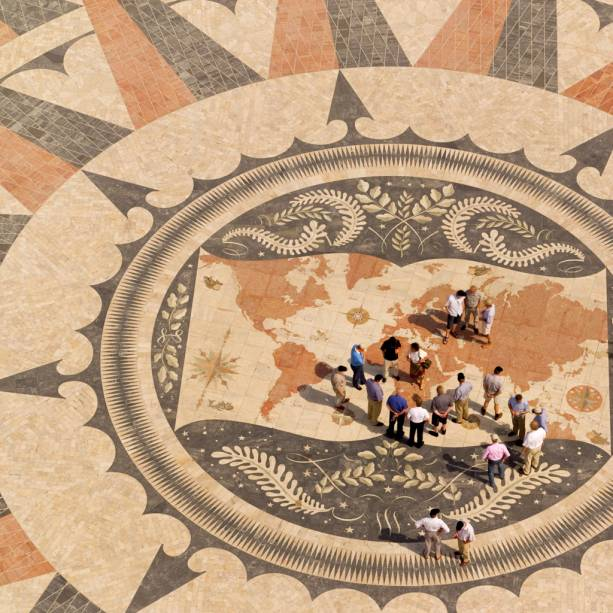 Do alto do Padrão dos Descobrimentos veja a Rosa-dos-Ventos que mostra as rotas das descobertas nos séculos 15 e 16. O desenho, com vários tipos de mármore, traz figuras de caravelas e sereias