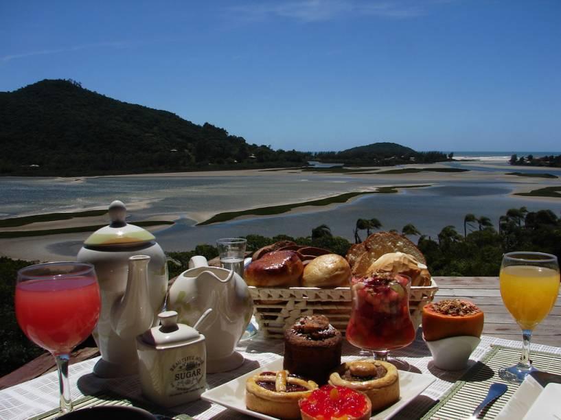 Café da manhã da Hospedaria Ponta da Piteira, envolvida pela Lagoa de Ibirapuera e de frente para o mar