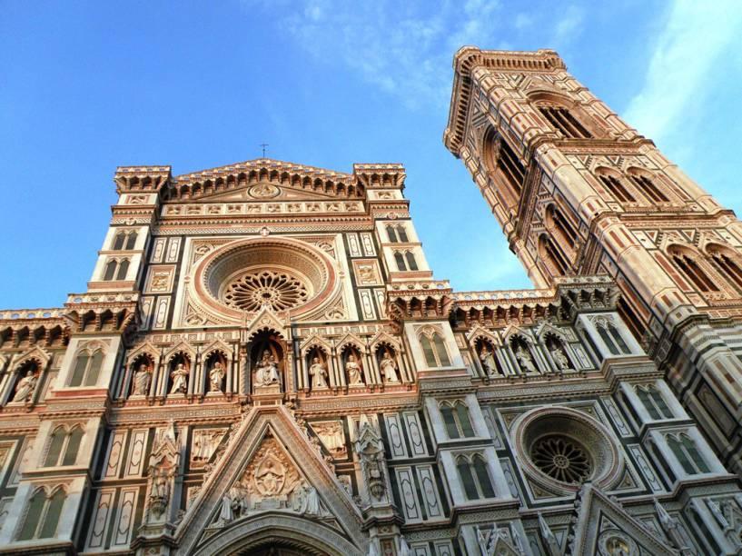 A fachada gótica do <strong>Duomo</strong> é de 1887. A imponência externa da catedral constrasta com o interior simples