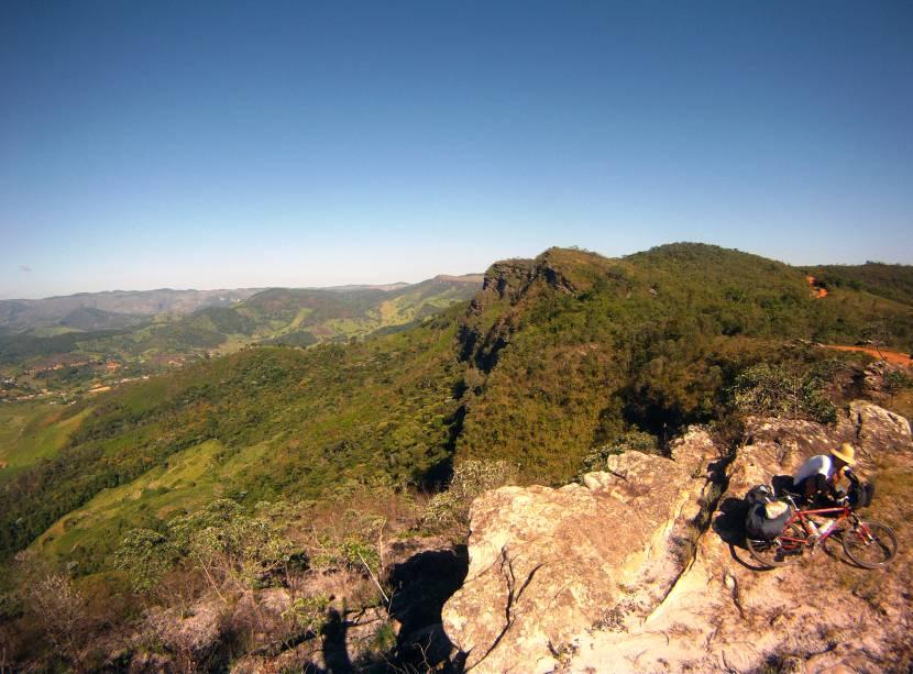 """A Estrada Real é uma rota turística que pode ser percorrida de carro, a cavalo, de bicicleta e até a pé. São mais de 1630 km de extensão, nos estados de <a href=""""http://viajeaqui.abril.com.br/estados/br-minas-gerais"""" target=""""_blank"""">Minas Gerais</a> (principalmente), <a href=""""http://viajeaqui.abril.com.br/estados/br-sao-paulo"""" target=""""_blank"""">São Paulo</a> e <a href=""""http://viajeaqui.abril.com.br/estados/br-rio-de-janeiro"""" target=""""_blank"""">Rio de Janeiro</a>. Alguns trechos da Estrada são melhores para o cicloturismo que outros, sendo que o Caminho dos Diamantes e o Caminho Velho têm estradas menores com menos trânsito de carros, o que os torna mais seguros e agradáveis para as duas rodas. A Estrada Real passa por diversos parques nacionais e estaduais, tem dezenas de cachoeiras, cidades charmosas, boa gastronomia, sítios arqueológicos e não faltam opções de hospedagem para todos os orçamentos<strong>+<a href=""""http://viajeaqui.abril.com.br/materias/cidades-historicas-caminho-velho-estrada-real"""" target=""""_blank"""">Roteiro: cidades históricas charmosas no Caminho Velho da Estrada Real</a></strong>"""