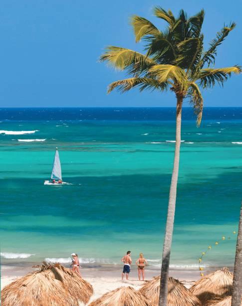 """<strong>PRAIA BÁVARO </strong>Sem chuvas até abril, nosso maior destino no <a href=""""http://viajeaqui.abril.com.br/continentes/caribe"""" target=""""_blank"""" rel=""""noopener"""">Caribe</a>, na ponta leste da <a href=""""http://viajeaqui.abril.com.br/paises/republica-dominicana"""" target=""""_blank"""" rel=""""noopener"""">República Dominicana</a>, atrai os visitantes com mar azul-turquesa, praias de areia branca e a infra de 80 resorts. Em sistema all-inclusive, os turistas só se preocupam em chamar o garçom e não perder a hora das refeições."""