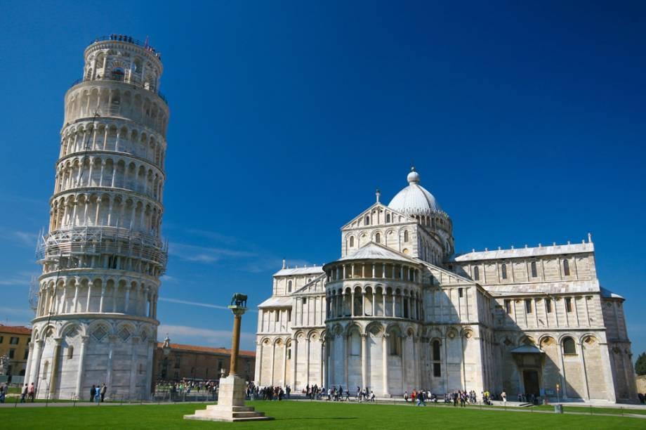 """Projetada para servir como campanário da catedral, a Torre de <a href=""""http://viajeaqui.abril.com.br/cidades/italia-pisa"""" rel=""""Pisa"""">Pisa</a> ganhou fama por conta da inclinação. Iniciada no século 12, o edifício levou mais de 200 anos para ser concluído"""