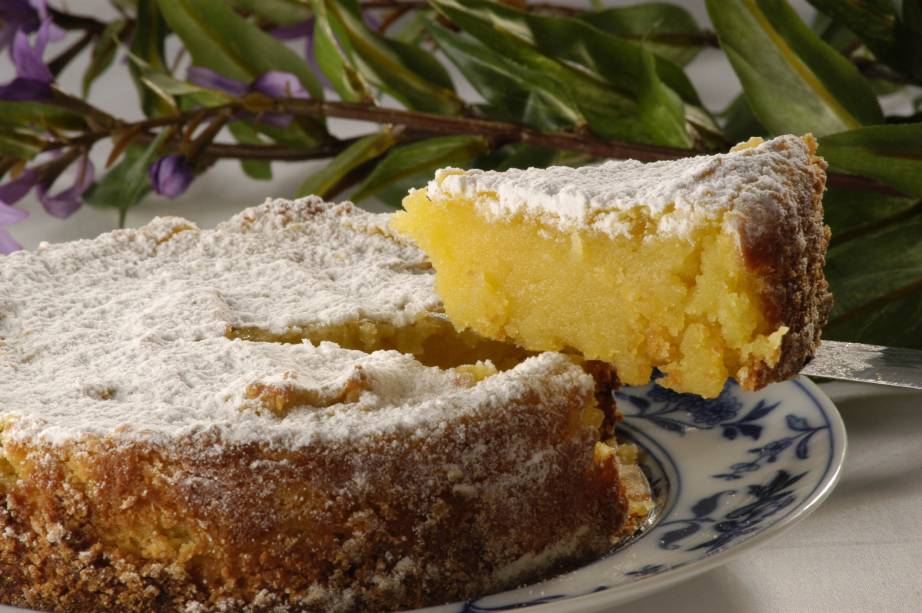 """As confeitarias e cafés do <a href=""""http://viajeaqui.abril.com.br/cidades/br-rj-rio-de-janeiro"""" rel=""""Rio de Janeiro"""" target=""""_self"""">Rio de Janeiro</a> exibem várias delícias herdadas da corte portuguesa. Um deles é o delicado <strong>toucinho do céu</strong>, um bolo feito de gema de ovo, amêndoa e açúcar"""