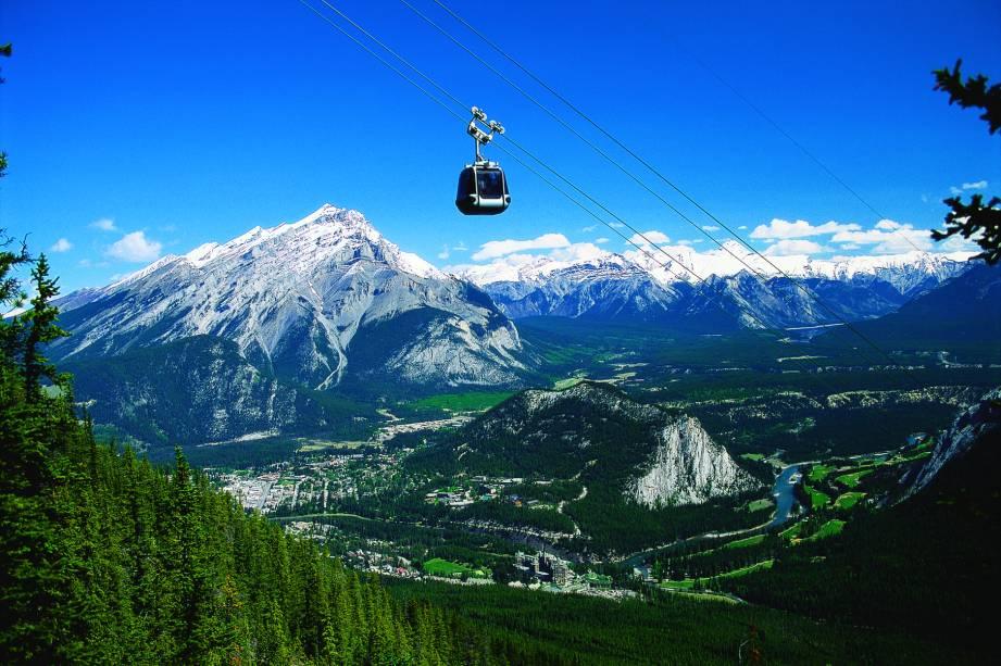 <strong>Montanha Sulphur</strong>        Suba no elevador (gôndola) ou caminhe os 5,5km até o alto da montanha e depois caminhe mais 500m até o Pico Sanson para ver ainda mais paisagens estonteantes desde a Montanha Sulphur