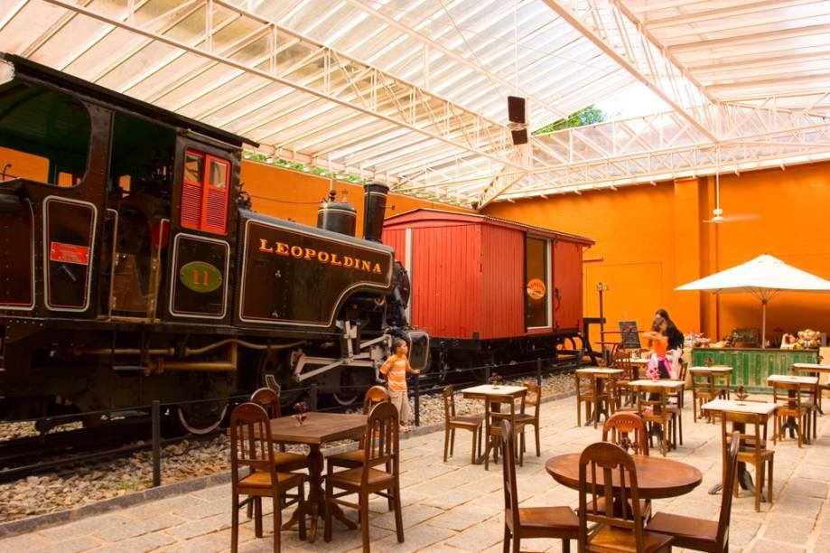 """Maria-fumaça e vagão expostos na lanchonete anexa ao <a href=""""http://viajeaqui.abril.com.br/estabelecimentos/br-rj-petropolis-atracao-museu-imperial/"""" rel=""""Museu Imperial"""" target=""""_blank"""">Museu Imperial</a> de <a href=""""http://viajeaqui.abril.com.br/cidades/br-rj-petropolis"""" rel=""""Petrópolis (RJ)"""" target=""""_blank"""">Petrópolis (RJ)</a>"""