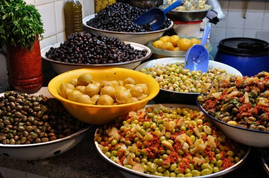 Por toda a orla do Mediterrâneo existe um amplo compartilhamento de ingredientes culinários, como os vistos neste mercado em Fez. Azeitonas, grão de bico e limões em conserva são encontrados em vários países, mas no Marrocos eles transformam-se em uma cozinha de características de forte identidade local