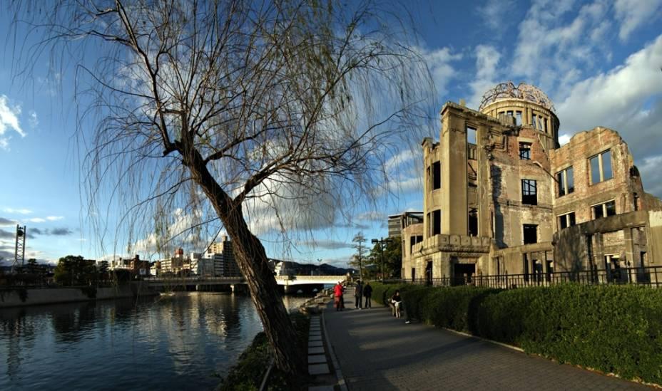 O antigo Hall de Promoção Industrial de Hiroshima, junto ao rio Ota, encontrava-se próximo ao epicentro da explosão atômica. Um dos poucos edifícios da área a sobreviver à bomba, cogitou-se sua demolição após a guerra. Hoje ela é uma testemunha silenciosa dos horrores daquele tempo e uma mensagem poderosa a políticos de todo o mundo