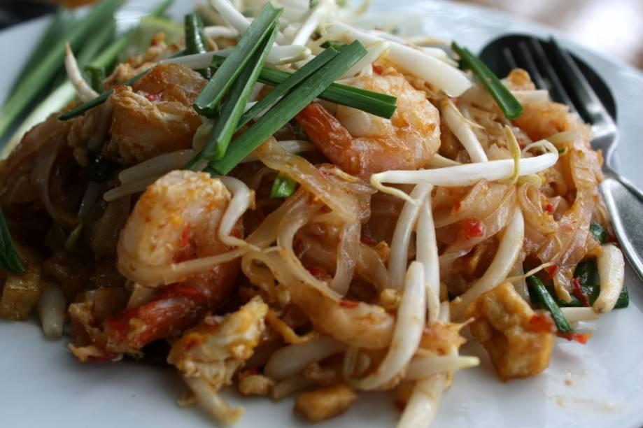 O prato símbolo da cozinha tailandesa é o <em>pad thai</em>. Essa espécide de yakisoba do sudeste asiático leva uma fileira interminável de ingredientes: macarrão de arroz, broto de feijão, cebolinha, pimenta, molho de tamarindo, açúcar, amendoim triturado, camarão seco, camarão fresco, ovo, broto de feijão, alho, limão, molho de peixe, frango, tofu, coentro e o que mais houver na geladeira