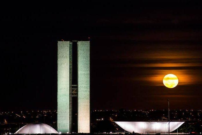 """<strong>1. <a href=""""/cidades/br-df-brasilia"""" rel=""""Brasília"""" target=""""_blank"""">Brasília</a> (5 dias)</strong>        Verdadeira aula de urbanismo, arquitetura e paisagismo, a capital permite que se sinta um pouco da atmosfera política em meio a um importante polo de cultura e gastronomia."""