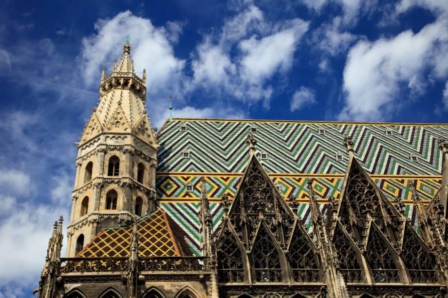 Geral do telhado multicolorido da catedral de Viena, o Stephansdom