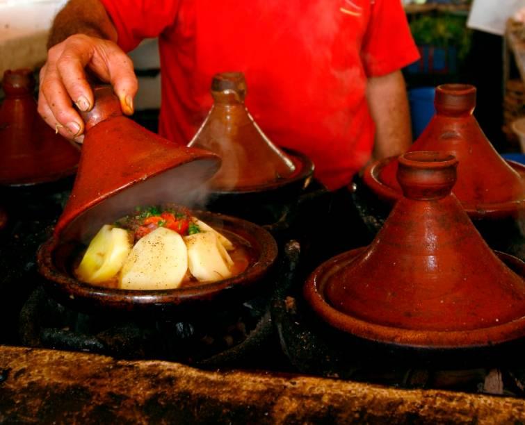As panelas de barro tajine são típica de todo norte da África, mas é no Marrocos que pratos pratos preparados nelas, que cruzam influências bérberes, árabes e mediterrâneas, ganham sabores e aromas únicos