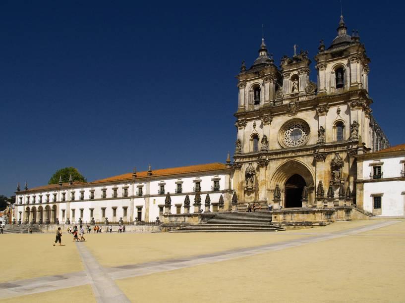 """<strong>Mosteiro de <a href=""""http://viajeaqui.abril.com.br/cidades/portugal-alcobaca"""" rel=""""Alcobaça """" target=""""_blank"""">Alcobaça </a></strong>                                                        Em estilo barroco, o mosteiro é um dos maiores da península Ibérica. Vale visitar cada cômodo e fazer uma viagem no tempo. Parte da fachada original, erguida em 1153, foi modificada nos séculos 17 e 18"""