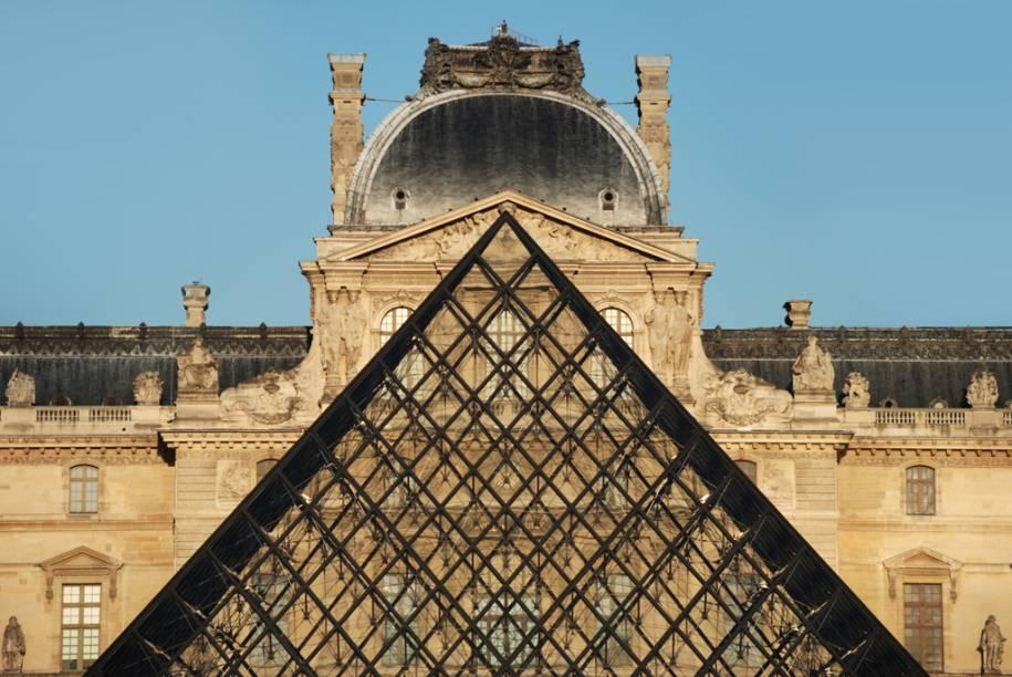 A pirâmide de vidro do arquiteto sino-americano I.M. Pei, no Louvre