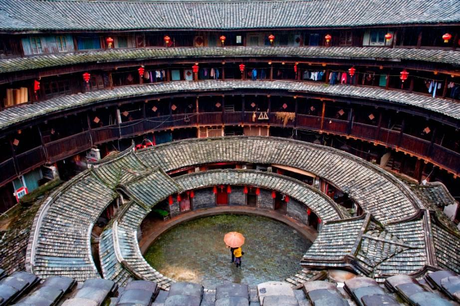 As casas comunitárias <em>tulou</em>, em Fujian, sul da China, são um extraordinário exemplo de arquitetura. Compostos de três ou quatro andares, em boa parte com um pátio circular interno, eles utilizam materiais duráveis, como pedras e tijolos em sua estrutura