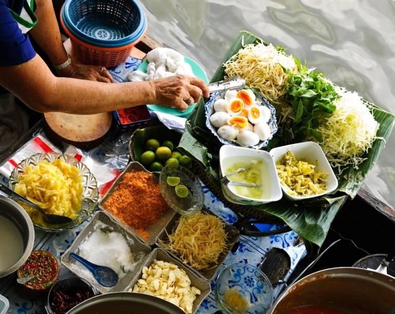 """<strong>Damnoen Saduak, Bangcoc, Tailândia</strong>Os históricos <a href=""""http://viajeaqui.abril.com.br/estabelecimentos/tailandia-bangcoc-atracao-mercados-flutuantes"""" target=""""_blank"""" rel=""""noopener"""">mercados flutuantes </a>da <a href=""""http://viajeaqui.abril.com.br/paises/tailandia"""" target=""""_blank"""" rel=""""noopener"""">Tailândia </a>eram uma forma rápida e prática para que os produtores de frutas e verduras chegassem aos seus consumidores. Sem boas estradas, mas com uma extensa malha de rios e canais, este era o meio de transporte ideal. Hoje mercados como Damnoen Saduak ainda cumprem sua função original, mas também servem como atrações turísticas – vendedores de produtos agrícolas e outros alimentos reclamam da invasão de barcos que vendem refeições. De qualquer forma, esta é uma visão tão inusitada quanto reveladoraMais em: <a href=""""http://viajeaqui.abril.com.br/materias/48-horas-em-bangcoc"""" target=""""_blank"""" rel=""""noopener"""">48 Horas em Bangcoc</a>"""