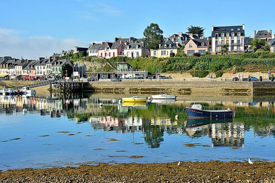 A vila de pescadores no oeste da região da Bretanha surpreende os turistas com a suas praias e fortificações do século 17