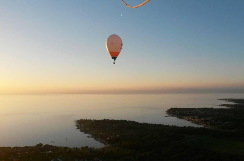 """Após o verão, quando as temperaturas caem, é possível contemplar a região de Ístria, na <a href=""""http://viagemeturismo.abril.com.br/paises/croacia-3/"""">Croácia</a>, sobre um balão de ar quente. Vales, vinícolas, colinas e campos de trigo, junto com o mar Adriático, enriquecem a paisagem observada pelos turistas."""