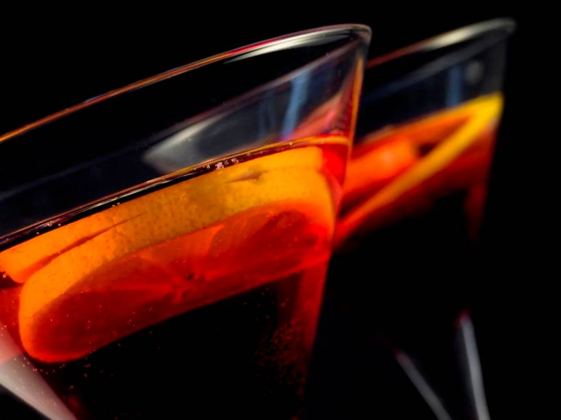 """<strong>Vermute </strong><strong>–</strong><strong> <a href=""""http://viajeaqui.abril.com.br/continentes/europa"""" rel=""""Europa"""" target=""""_blank"""">Europa</a></strong><br />  Este vinho fortificado e aromatizado era considerado um santo remédio no século 19. Ao vinho acrescenta-se um destilado de vinho para aumentar a graduação alcoólica e ingredientes como ervas, grãos ou alcachofra para lhe conferir um sabor mais palatável. Doce ou seco, aperitivo ou digestivo, a bebida é amplamente consumida nos ensolarados resorts do <strong>Mediterrâneo</strong>, em bodegas de <strong><a href=""""http://viajeaqui.abril.com.br/cidades/ar-buenos-aires"""" rel=""""Buenos Aires """" target=""""_blank"""">Buenos Aires</a></strong> e em botecos Brasil afora<br />  <strong>Teor alcoólico médio</strong><strong>:</strong> 15 a 17%"""