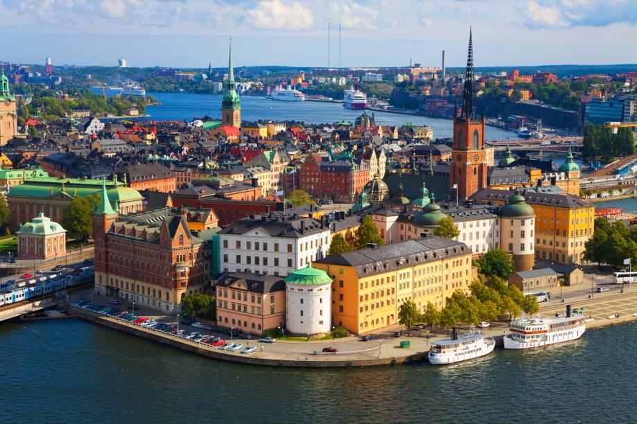"""<strong>Estocolmo, Suécia (1912)</strong><br />    Modelo de organização e bom desenvolvimento para as edições seguintes, os Jogos Olímpicos de <a href=""""http://viajeaqui.abril.com.br/cidades/suecia-estocolmo"""" rel=""""Estocolmo """" target=""""_blank"""">Estocolmo </a>também serviram de ponto de partida para o uso da tecnologia no esporte. Pela primeira vez os cinco continentes estavam presentes e os esportes decatlo e pentatlo foram inseridos nos jogos.         Aberto pelo Rei Gustavo V, a Olimpíada sueca foi o palco do primeiro grande atleta supercampeão da história, o norte-americano Jim Thorpe, chamado pelo soberano sueco de """"o maior atleta do mundo"""", após ter vencido as duas novas modalidades da edição.<br />    Quem visita Estocolmo hoje, além de uma metrópole moderna e sustentável, e agradavelmente romântica"""