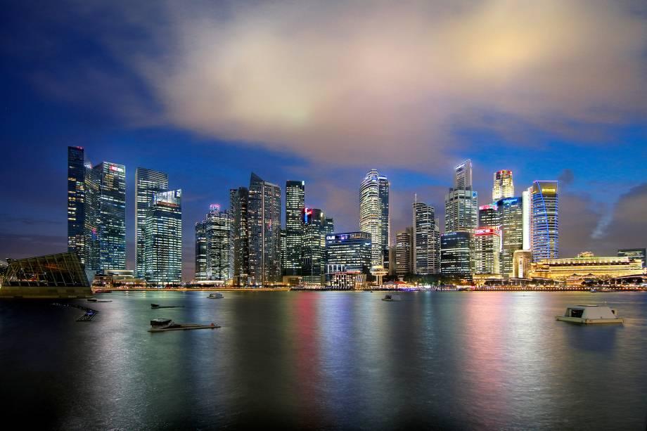 """<strong>3° Lugar: <a href=""""http://viajeaqui.abril.com.br/paises/cingapura"""" rel=""""Cingapura"""" target=""""_blank"""">Cingapura</a></strong>A cidade-estado é conhecida pelo seu horizonte iluminado<a href=""""http://www.booking.com/city/sg/singapore.pt-br.html?aid=332455&label=viagemabril-skylines"""" rel=""""Veja hotéis em Cingapura no booking.com"""" target=""""_blank""""><em>Veja hotéis em Cingapura no booking.com</em></a>"""