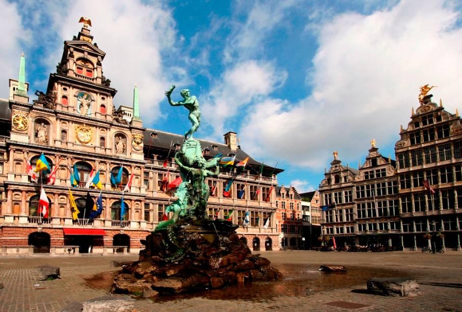 A Grote Markt é a praça principal de Antuérpia, onde localizam-se o rebuscado edifício da prefeitura e a fonte de Brabo