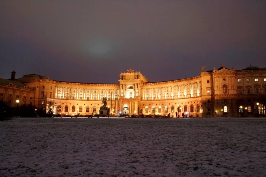 O grandioso Hofburg, o palácio de inverno dos Habsburgo, é um imenso complexo de edifícios estatais, incluindo as áreas residenciais, estábulos, museus, capelas, escolas e escritórios dedicados à burocracia governamental. Uma das áreas mais conhecidas são seus elegantes salões de baile