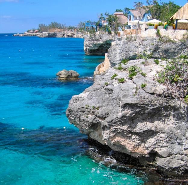 Nem só de praias de alvas areias vive o litoral dos países caribenhos. <strong>Negril</strong>, no oeste da <strong>Jamaica</strong>, é recortada por íngremes penhascos sobre um mar impecavelmente azul. Ali jovens atiram-sem em perigosos mergulhos, no ritmo das ondas. Apreciar uma cerveja local Red Stripes em um dos muitos bares da região, apreciando o pôr do sol, é uma das grandes experiências jamaicanas