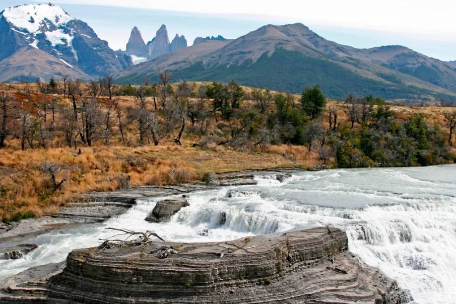 Cascata no rio Paine, com as torres de granito ao fundo