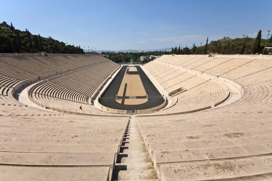 """<strong>Atenas, Grécia (1896/ 2004)</strong><br />    Como diria o Barão de Coubertin, """"o importante não é vencer, mas sim competir. E com dignidade"""". A frase imortalizada na história do esporte também marca o início das Olimpíadas. Após contar com um incentivo de um milionário local, <a href=""""http://viajeaqui.abril.com.br/cidades/grecia-atenas"""" rel=""""Atenas """" target=""""_blank"""">Atenas </a>sediou a primeira edição dos jogos esportivos da era moderna, que ocorreram em 1896.Depois de dar início ao maior evento esportivo da história, a capital grega esperou mais de cem anos para receber novamente os Jogos Olímpicos, que retornaram à cidade em 2004.        Palco de duas edições do evento, o <a href=""""http://viajeaqui.abril.com.br/estabelecimentos/grecia-atenas-atracao-estadio-panathinaiko"""" rel=""""estádio Panathinaiko """" target=""""_blank""""><strong>estádio Panathinaiko</strong> </a>é um dos símbolos do ideal grego e hoje recebe os atletas que conquistaram feitos importantes para o país. Outras atrações importantes são o <a href=""""http://viajeaqui.abril.com.br/estabelecimentos/grecia-atenas-atracao-acropole"""" rel=""""Parthenon """" target=""""_blank"""">Parthenon </a>e o <a href=""""http://viajeaqui.abril.com.br/estabelecimentos/grecia-atenas-atracao-museu-da-acropole"""" rel=""""Museu da Acrópole"""" target=""""_blank"""">Museu da Acrópole</a>"""