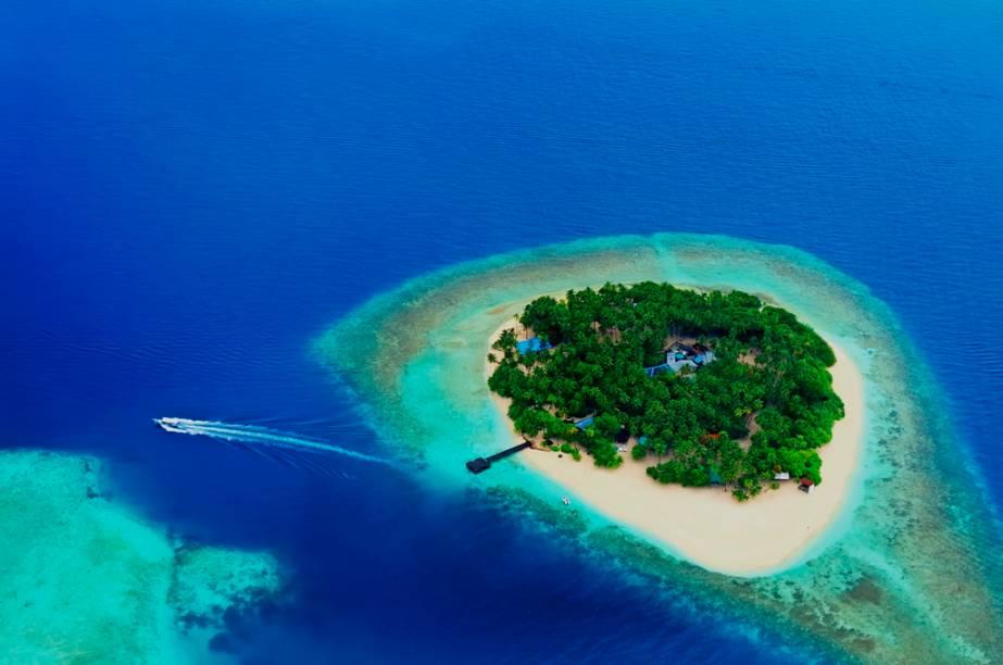 O arquipélago das Maldivas é formado por vinte e seis atois de coral e é o país com o ponto culminante mais baixo do planeta, uma elevação de pouco mais de 2 metros. Exatamente por esse motivo esta é provavelmente a nação com maior preocupação com o aquecimento global e a eventual elevação do nível do mar