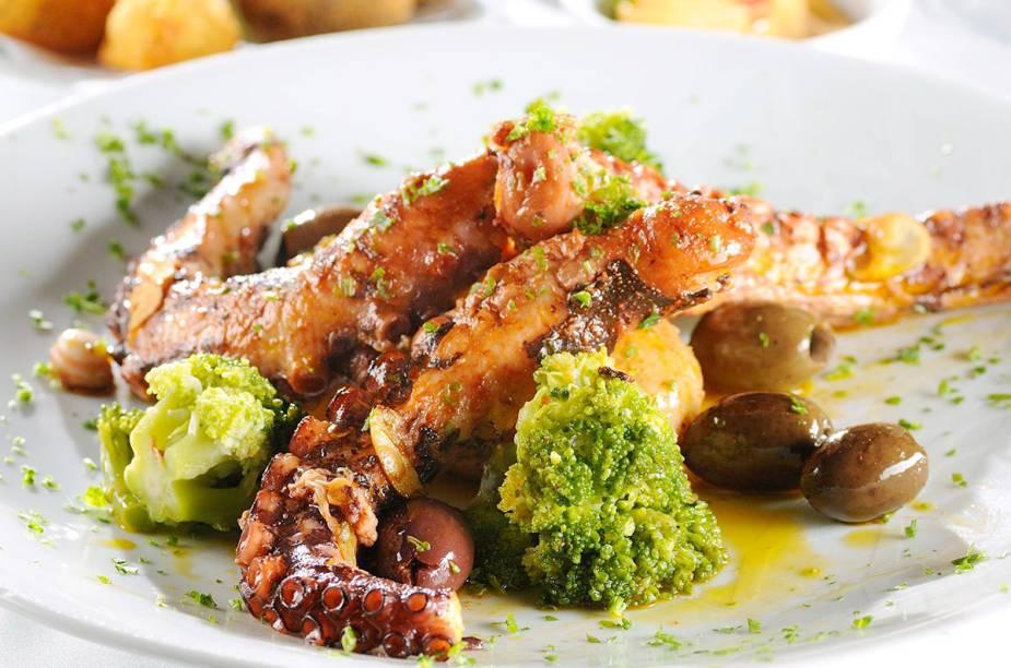 """Polvo à Lagareiro, feito com batatas ao murro, alho laminado, azeite e coentro, da chef Ilda Vinagre, do restaurante <a href=""""http://viajeaqui.abril.com.br/estabelecimentos/br-sp-sao-paulo-restaurante-a-bela-sintra"""" rel=""""A Bela Sintra"""" target=""""_blank"""">A Bela Sintra</a>, em <a href=""""http://viajeaqui.abril.com.br/cidades/br-sp-sao-paulo/"""" rel=""""São Paulo"""" target=""""_blank"""">São Paulo</a>"""