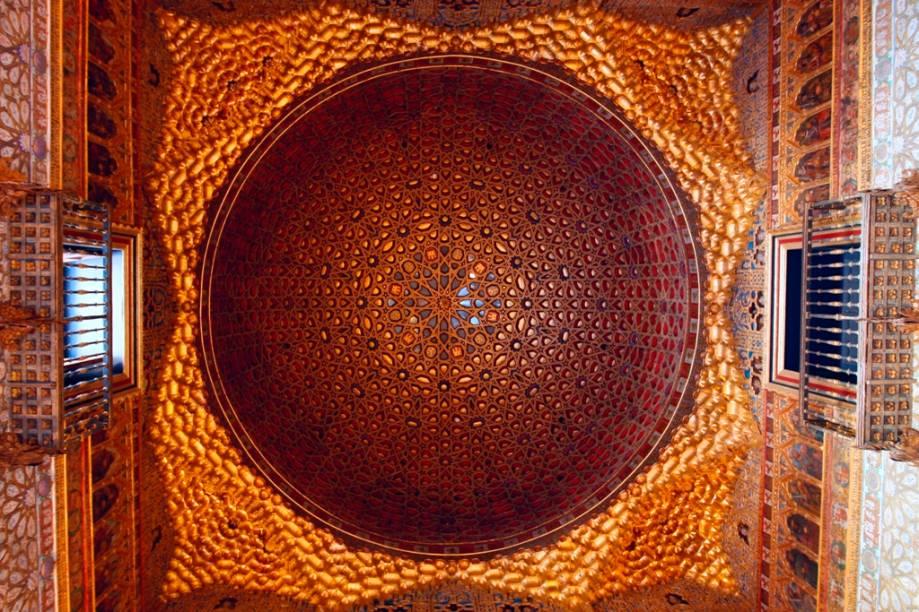 <strong>Elementos Geométricos e Ciência</strong>                Enquanto boa parte da Europa medieval caçava seus cientistas e pensadores, o Islã proporcionava ampla liberdade para que matemáticos, astrônomos e físicos elaborassem teorias complexas e soluções aplicadas. Da álgebra aos padrões dos azulejos, o mundo islâmico influenciou de forma positiva a cultura ibérica e de toda a Europa