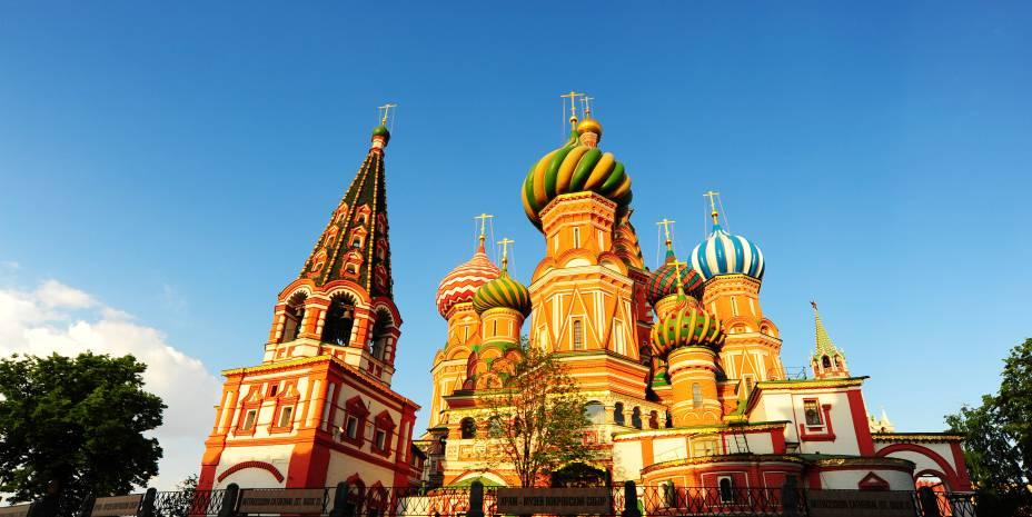 """<strong>Moscou, Rússia (1980)</strong><br />    Quem não se emocionou com as lágrimas do ursinho Misha, o mais icônico dos mascotes dos Jogos, no término das Olimpíadas de <a href=""""http://viajeaqui.abril.com.br/cidades/russia-moscou"""" rel=""""Moscou"""" target=""""_blank"""">Moscou</a>? O urso roubou a cena em um evento que foi marcado pela supremacia da União Soviética e o boicote dos aliados dos Estados Unidos. OsoviéticoAleksandr Dityatintornou-se o nome dos Jogos ao arrebatar oito medalhas nos oito eventos masculinos daginástica olímpica– três delas deouro-, sendo o único ginasta a conseguir tal feito numa olimpíada. A lenda do boxe olímpico, o cubano Teófilo Stevenson, conquistou sua terceira medalha de ouro seguida e guardou seu lugar na história da modalidade.<br />    Além do Kremlin e da Catedral de São Basílio, principais atrações da cidade, o turista também pode conhecer o Estádio Olímpico, às margens do rio Moskva. Reformado e com um teto que cobre as arquibancadas, ele está irreconhecível. Nem o antigo nome sobreviveu: de Lênin, passou a ser conhecido como Luzhniki"""