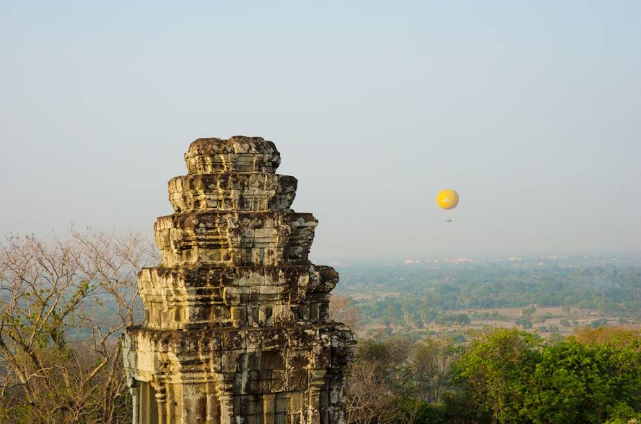 """Não é exatamente um passeio de balão, mas vale a pena. O balão em Angkor Wat, no <a href=""""http://viagemeturismo.abril.com.br/paises/camboja/"""">Camboja</a>, fica preso a um cabo, sobe até 200 metros, e não tem uma cesta de vime. A base onde os turistas ficam é circular e tem o interior vazado. Apesar de o balão não sair ao sabor do vento cambojano, a visão aérea de um dos maiores complexos religiosos do mundo proporciona uma experiência inesquecível."""
