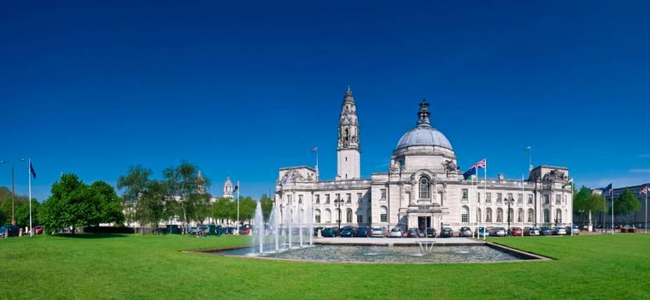 Inaugurado em 1906, o City Hall é a casa da prefeitura de Cardiff, com seus reconhecidos elementos, a torre do relógio de quase 60 metros de altura e cúpula