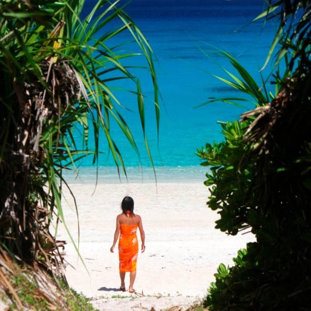 Garota japonesa em praia na ilha Kerma, no arquipélago de Okinawa