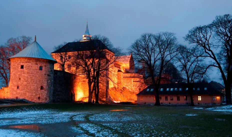 Por séculos Oslo foi disputada por sua estratégica posição, passando sucessivamente pelas mãos de suecos e dinamarqueses. O forte Akershus Festning é parte de seu sistema defensivo