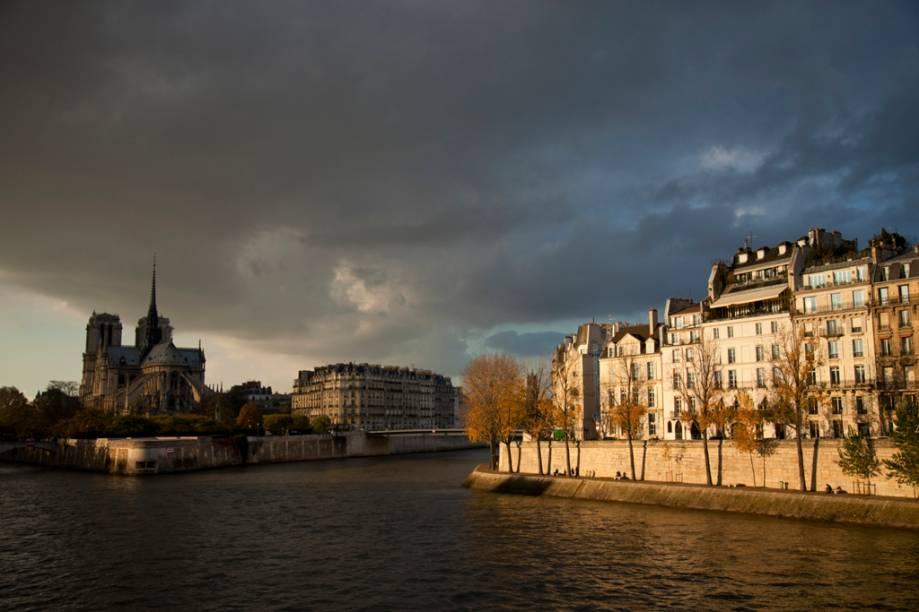 As duas ilhas no Sena que formaram os primeiros núcleos populacionais da cidade: em primeiro plano, a Île St.-Louis; ao fundo, a Île de la Cite, com a catedral de Notre Dame