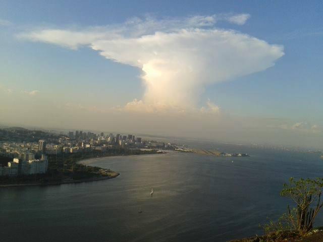 """""""Enseada de Botafogo vista do Morro da Urca num fim de tarde! Amo!"""", escreve Barbara Cristina, que fez a foto em fevereiro de 2014"""