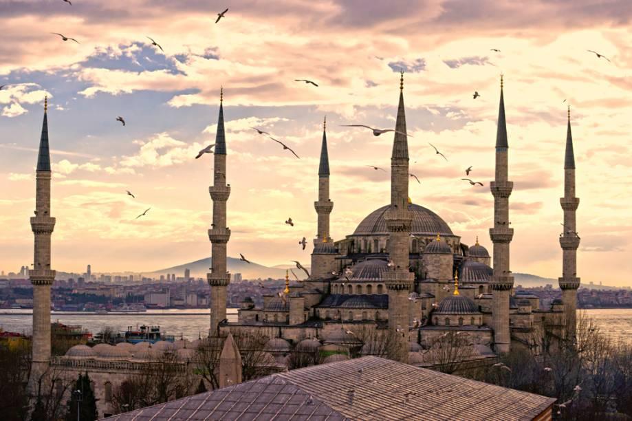 A Mesquita Azul, com seus icônicos minaretes, foi construída próxima a Santa Sofia entre 1607 e 1616