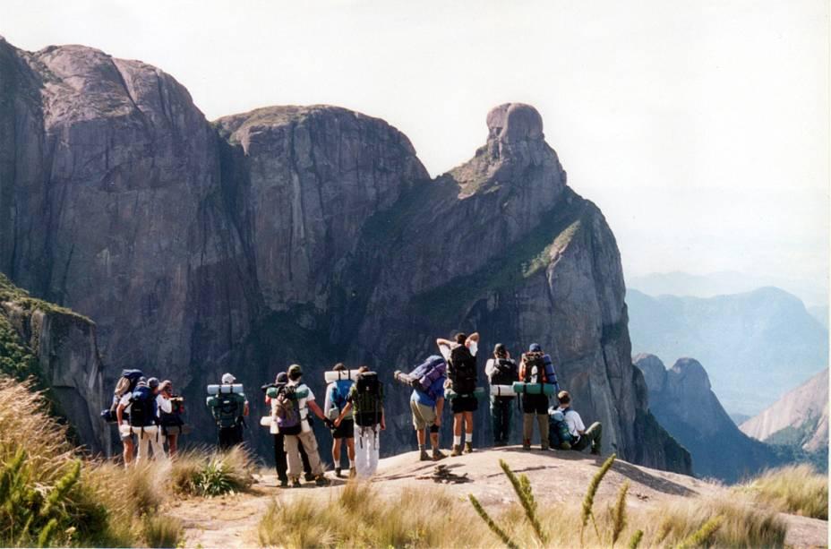 A clássica travessia de 34 quilômetros entre Petrópolis e Teresópolis, no Parque Nacional da Serra dos Órgãos (RJ), rende visuais indescritíveis