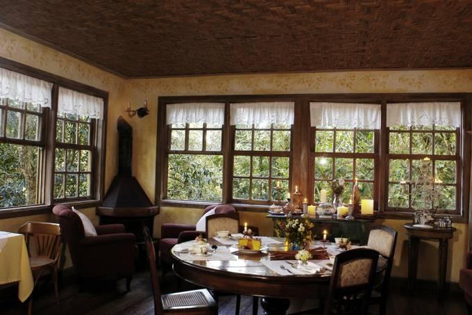 Restaurante da pousada Quinta Dy Engenho, toda decorada com móveis e objetos trazidos de fazendas coloniais mineiras