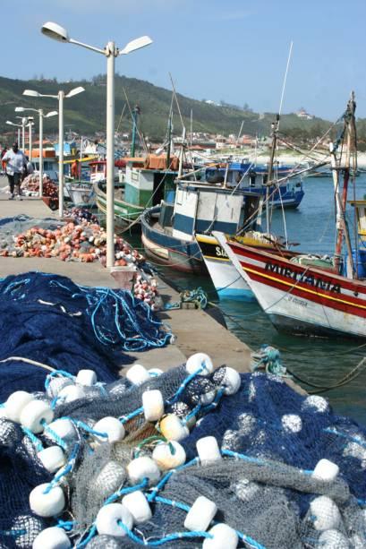 Redes e barcos de pesca ancorados na Marina dos Pescadores, na Praia dos Anjos