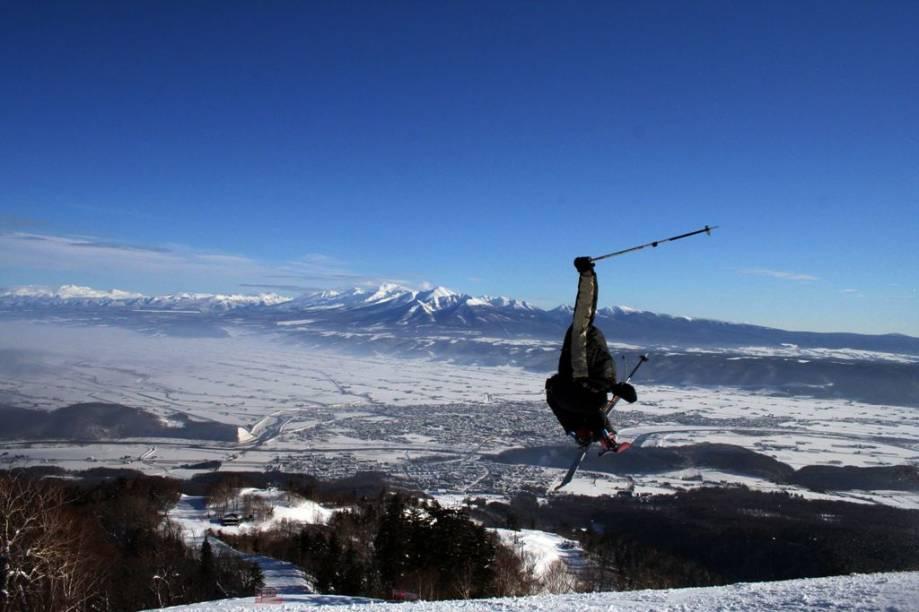 Esquiador em Furano, norte do Japão, uma das melhores neves da Ásia. O país já sediou dois Jogos Olímpicos de Inverno, em Sapporo-1972 e Nagano-1998