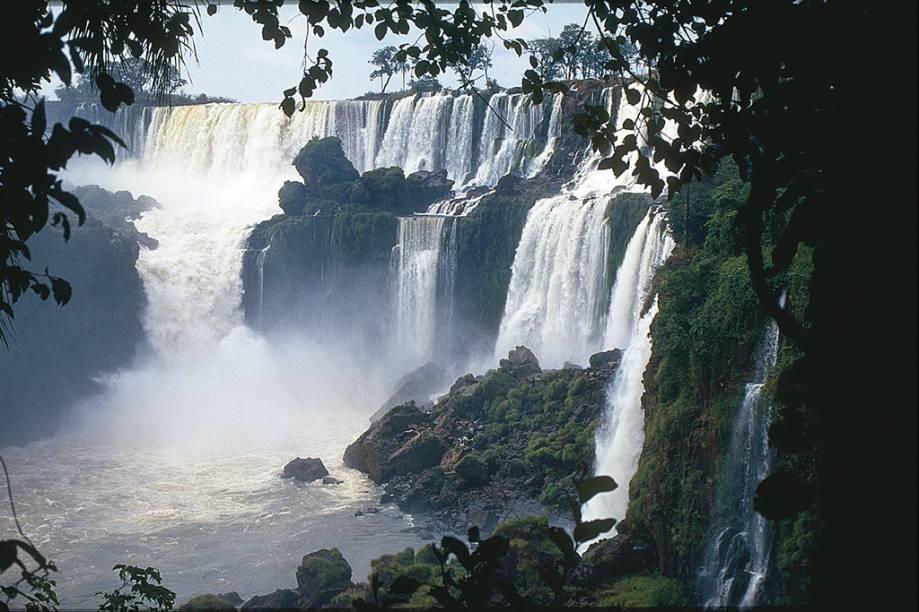 Vista das Cataratas do lado argentino. No verão, com as chuvas, as quedas ficam ainda mais impressionantes