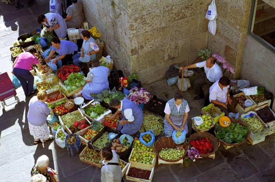 Vegetais, frutas e flores são vendidos no mercado ao ar livre da cidade de Santiago de Compostela