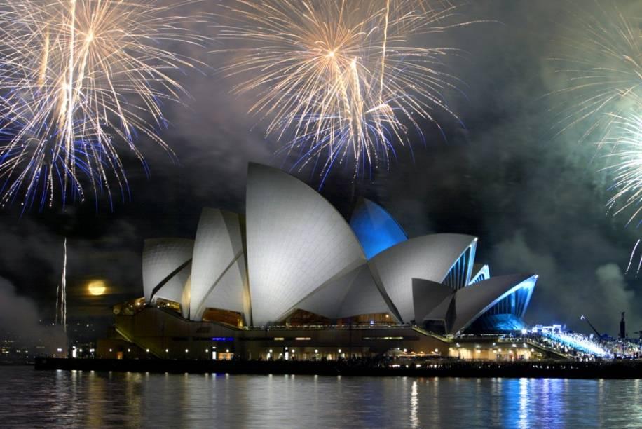 A festa de réveillon de Sydney é uma das mais concorridas do planeta, com a bela baía servindo de pano de fundo para o animado show de fogos