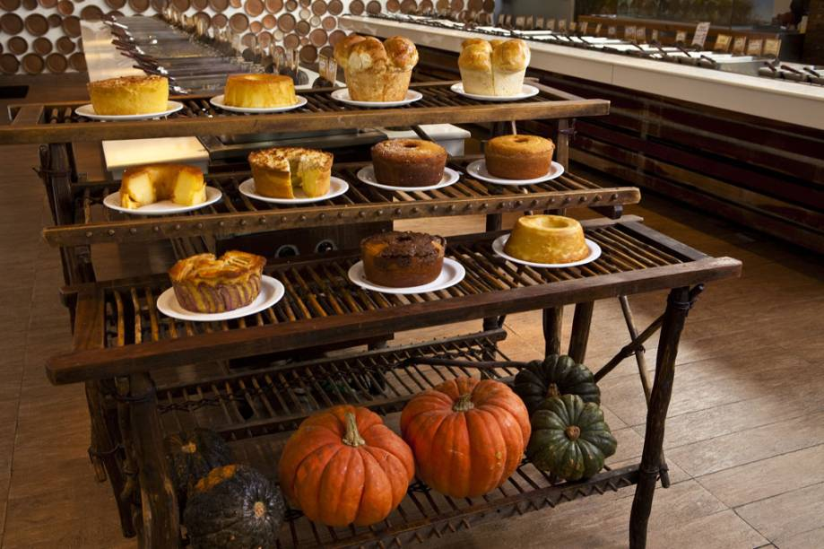 O bufê de sobremesas do Mangai tem pães e bolos caseiros