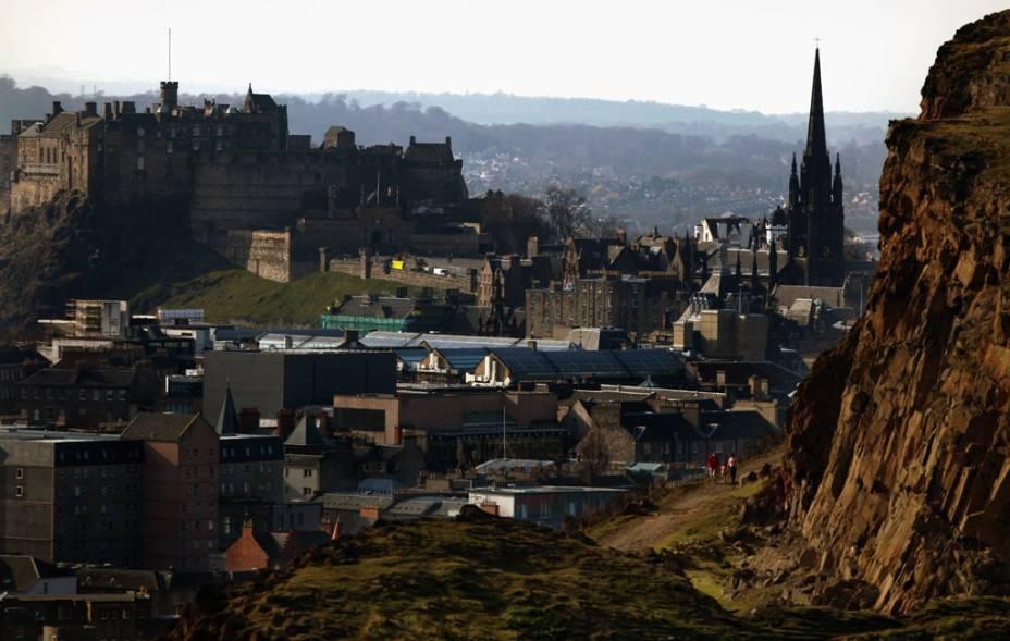 Vista geral de Edimburgo, na Escócia, com Salisbury Crags e o famoso castelo dominando a cidade