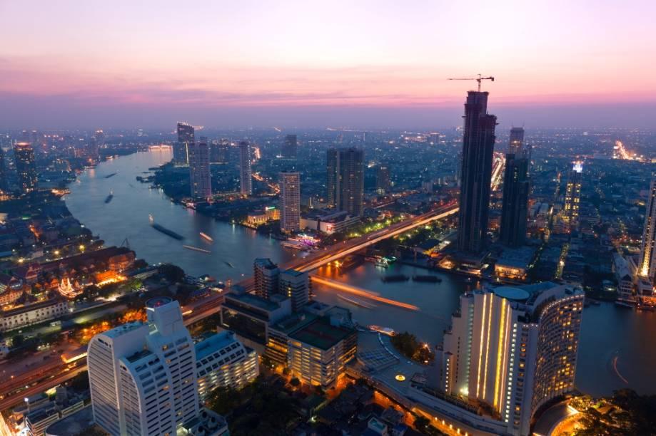 <strong>Bangcoc, Tailândia:</strong>localizada sobre o delta do rio Chao Phraya, Bangok está, aos poucos, afundando, de 1,5 a 5 centímetros por ano. Partes da capital da Tailândia podem ficar totalmente submersas já nas próximas duas décadas. A cidade vem sofrendo com um crescimento populacional e urbano desorganizado, que se torna alvo fácil das enchentes constantes e cada vez mais intensas que assolam o país.